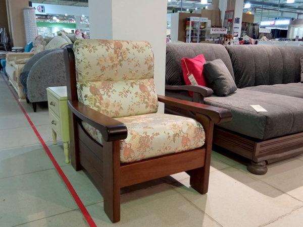 Комфортное мягкое кресло на деревянном каркасе с высокой спинкой