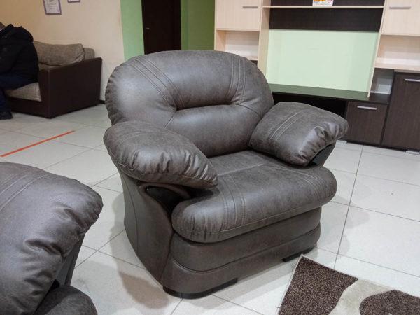 мягкое кожаное кресло