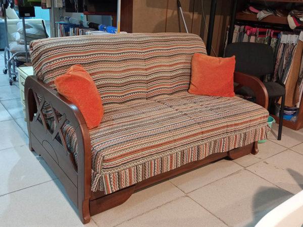 Небольшой двухместный диван из массива на металлокаркасе. Механизм аккордеон.