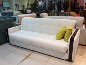 Прямой белый диван-аккордеон с огромным спальным местом