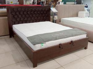 Деревянная двухспальная кровать на ножках