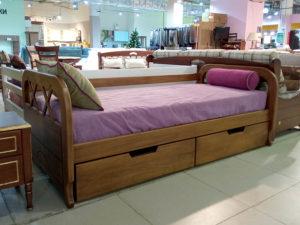 Односпальная кровать из натурального дерева с двумя большими коробами