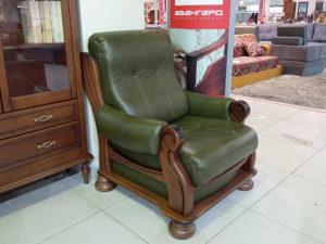 Уютное кожаное кресло на деревянном каркасе из массива бука