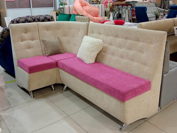 Элегантный кухонный диванчик с высокой спинкой и ёмкостями для хранения под сиденьем.