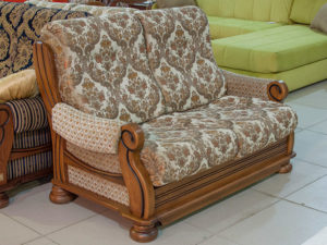 Диван-раскладушка с деревянными подлокотниками