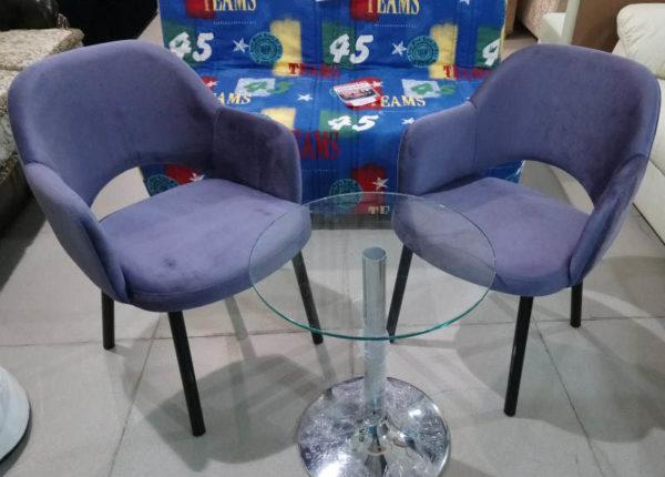 Мягкий стул на металлических ножках.