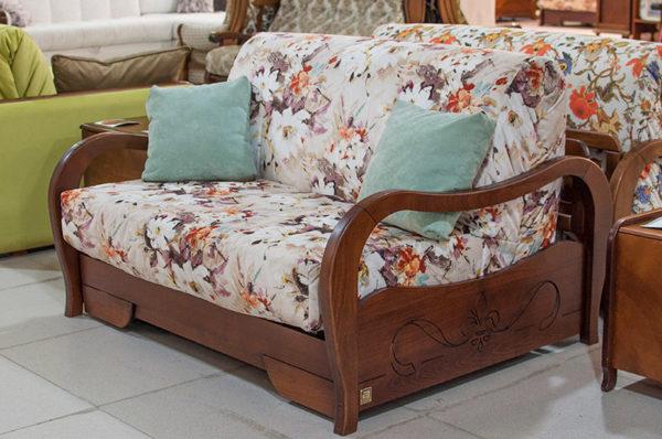Малогабаритный диван-аккордеон на каркасе из массива бука